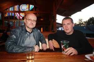 15min.lt darbuotojas Skirmantas Malinauskas (dešinėje) galvoja, kad pozavimas su autoritetais arba varymas ant jų gali padidinti jo paties autoritetą. Jis kvailas.
